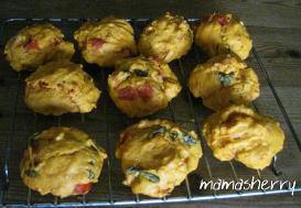 健康レシピの休日の朝ごはん:トマトとバジルのスコーン